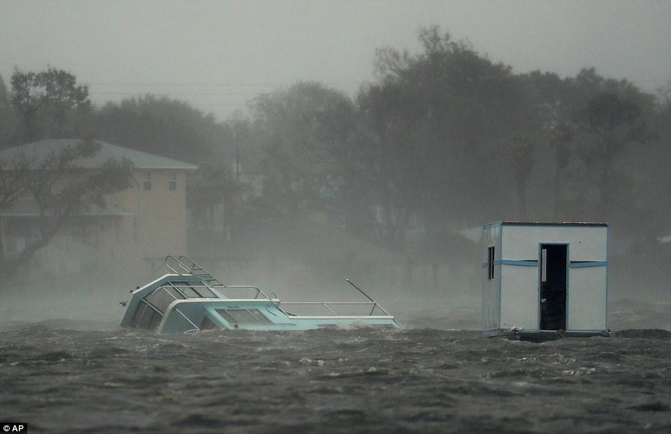 إعصار ماثيو يقتل أكثر من 800 شخص في هايتي I.dailymail.co.uk_i_pix_2016_10_07_20_39330C3400000578_3826209_image_a_1_1475867053676