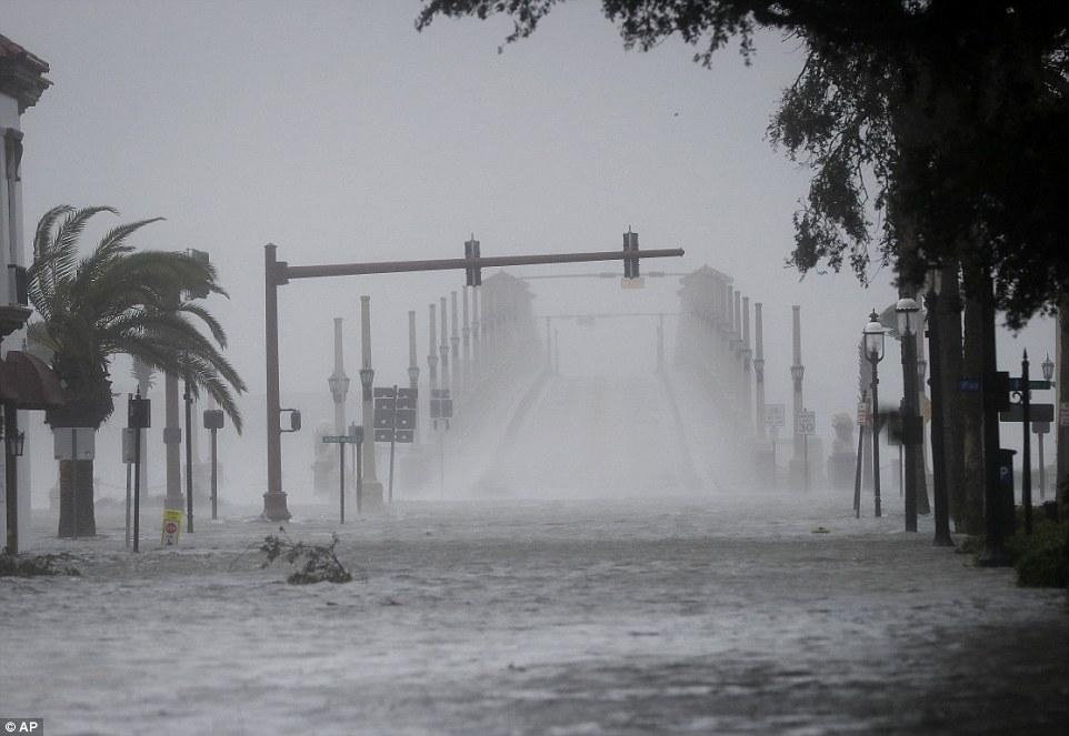 إعصار ماثيو يقتل أكثر من 800 شخص في هايتي I.dailymail.co.uk_i_pix_2016_10_07_22_3932B6E400000578_0_image_a_39_1475875265081