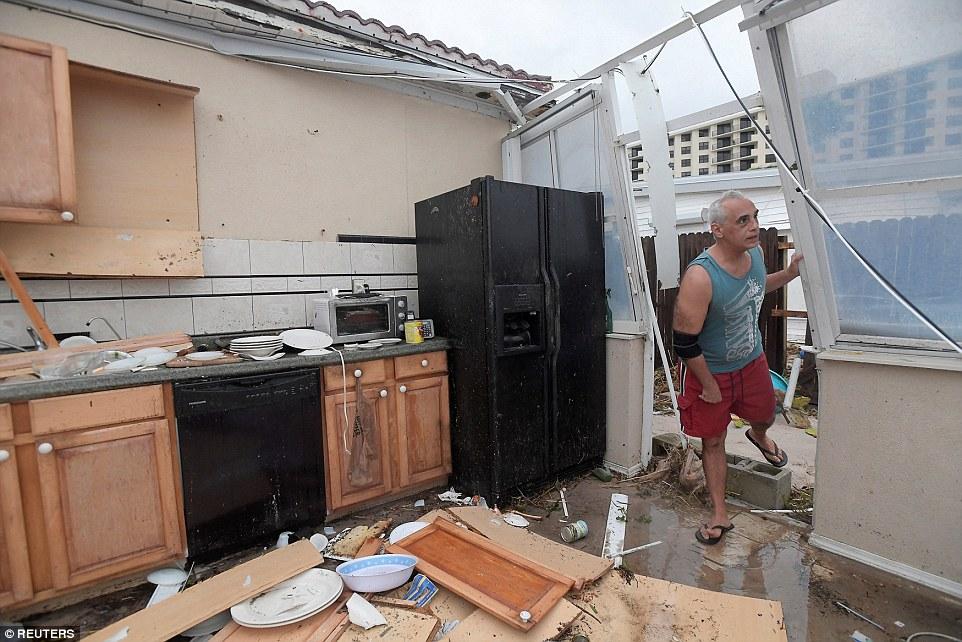 إعصار ماثيو يقتل أكثر من 800 شخص في هايتي I.dailymail.co.uk_i_pix_2016_10_08_06_39340AE500000578_3827862_image_a_20_1475904975832