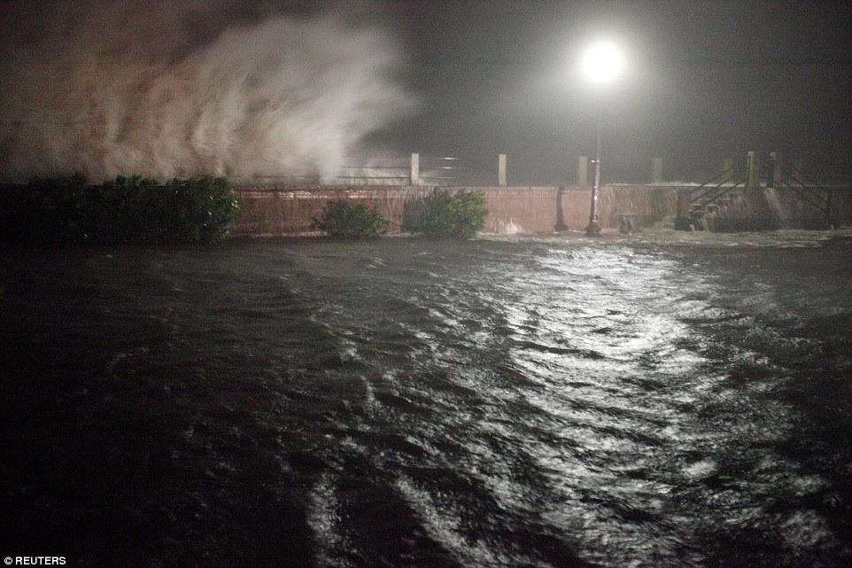 إعصار ماثيو يقتل أكثر من 800 شخص في هايتي I.dailymail.co.uk_i_pix_2016_10_08_07_3934D75800000578_3827862_image_a_35_1475906534386